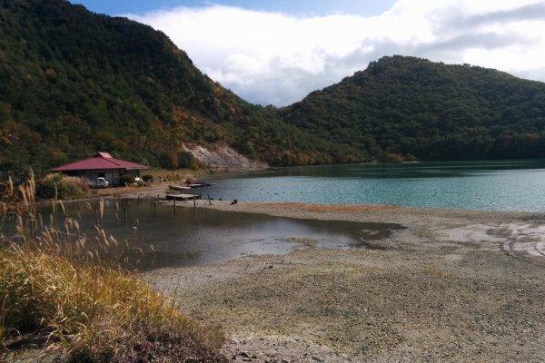 Cảnh hồ nước với nhà hàng phía sau