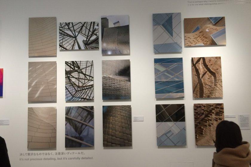 No interior do espaço da exposição no 21_21 Design Sight