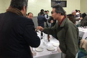 De nombreux visiteurs se rendent à l'ouverture de la cérémonie célébrant le saké nouveau
