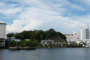 琵琶島神社(左)と千代本(中央)