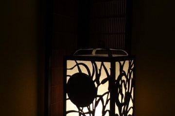 长长的走廊中闪烁的落地灯