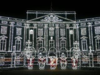 """""""Buckingham Palace of Lights"""" dengan penampilan orkestra dari para penjaga Kerajaan Inggris. Ini adalah bagian yang paling saya sukai dimana pertunjukan cahaya modern dan pentas musik khas Inggris dipadukan."""