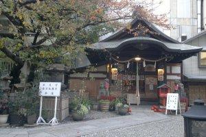 Suitengu Kotohiragu, salah satu kuil terbaru di area Tsuyu no Tenjinja