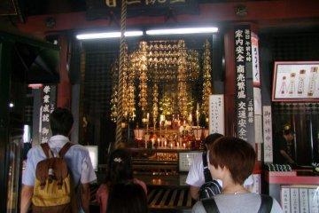 Внутри главного зала храма