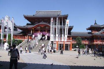 Вид назад на храм