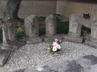 Petites statues à l'entrée