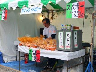 Penasaran, kami mencoba spageti gandum yang digoreng tipis-tipis ditaburi garam seharga 200 yen.