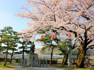 The statue of the Tamagawa brothers who built the Tamagawa water dam