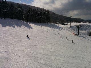 На зимнем лыжном курорте в Дзао можно с ветерком прокатиться по крутым и широким склонам