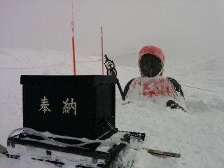 Une statue Jizo enterrée jusqu'à la poitrine dans la chute de neige. Revenez ici en été pour la voir en entier
