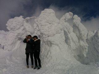 On prend la pose pour des photos au sommet de la montagne