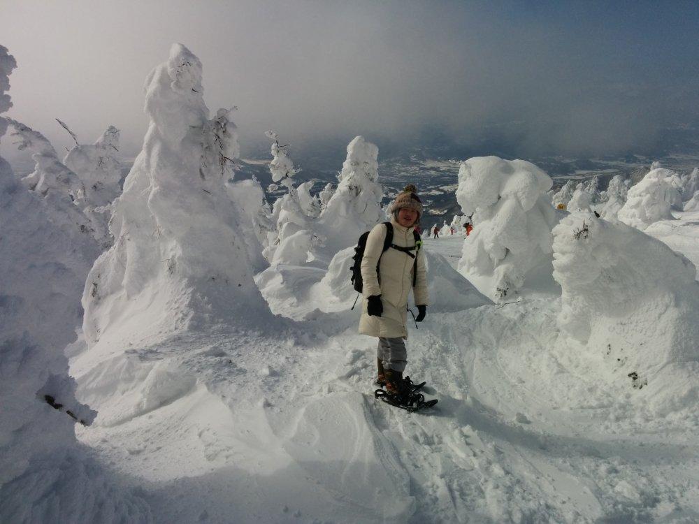 Certains voyageurs portent des raquettes de neige pour se déplacer