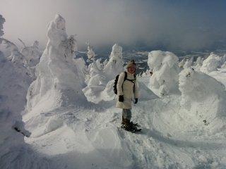 Некоторые туристы используют снегоступы, чтобы добраться сюда