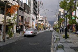 Sanjo-dori yang mengarah langsung ke area Nara Park