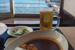 Makan siang dengan pemandangan Danau Ashino