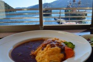 Makan siang dengan pemandangan cruise