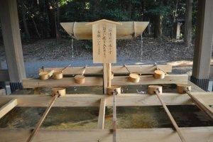 """Temizuya"" atau paviliun dengan wadah batu berisi air dan gayung untuk membersihkan diri"