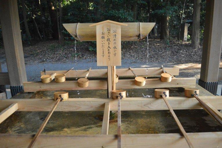 Membasuh Tangan di Kuil Shinto