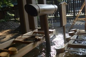 """Temizuya"" dengan air yang mengalir"