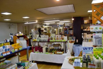 The souvenir store has goods such as juice, sweets, snacks, textiles, souvenirs, sake, shochu, and more from the Shodo Island, Kagawa, and the other prefectures on Shikoku.