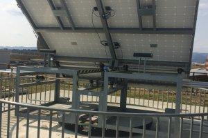 Panel surya yang digunakan dalam demonstrasi, jadi pengunjung bisa melihat berapa banyak energi yang dihasilkan dan seberapa banyak perupahan energi yang terjadi jika panel ditempatkan menghadap ke berbagai arah yang lain dari matahari
