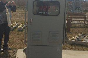 Panel yang menampilkan energi yang dihasilkan oleh panel surya tersedia bagi pengunjung untuk bereksperimen