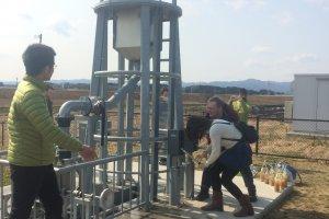 sebuah pompa air bagi pengunjung yang ingin mencoba menghasilkan energi dari sumber lain selain panel surya