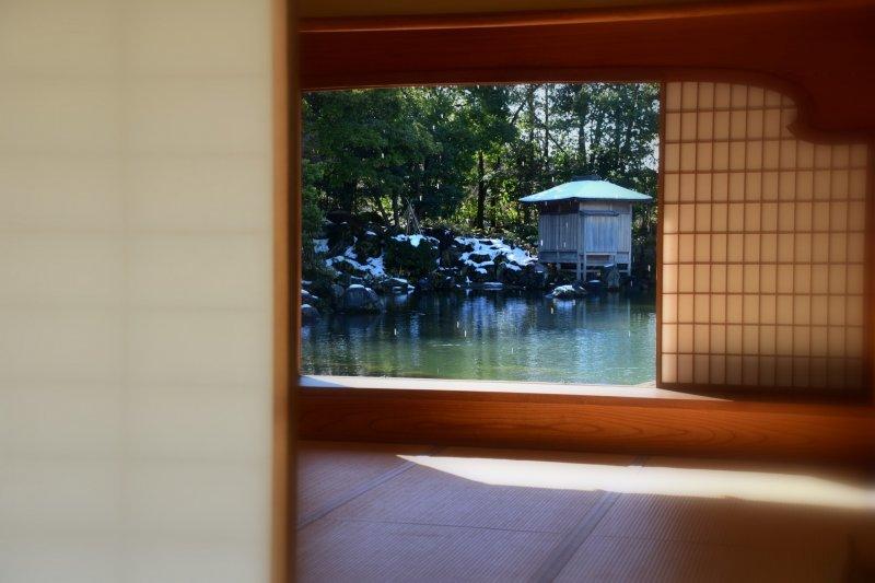 요코칸 집을 통해 정원 연못을 보는 것