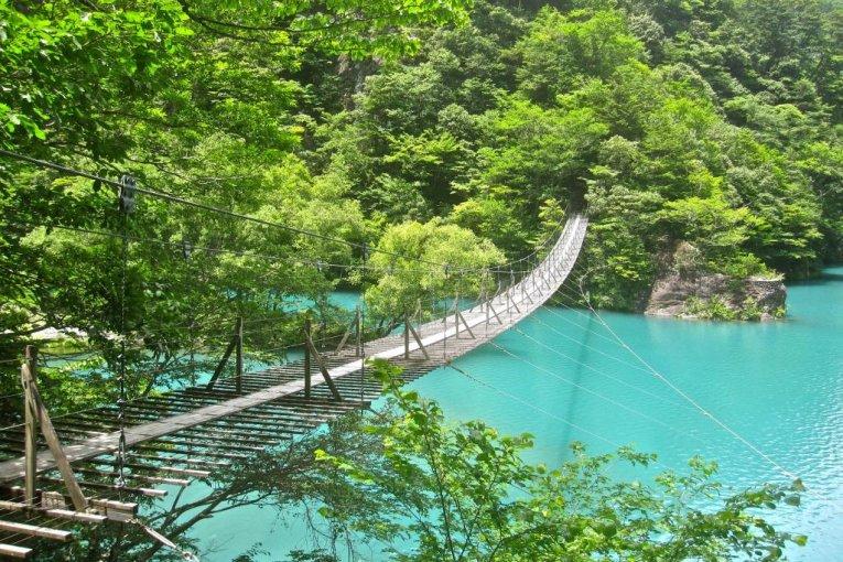 สะพานแขวนเมืองในหุบเขา Sumatakyo
