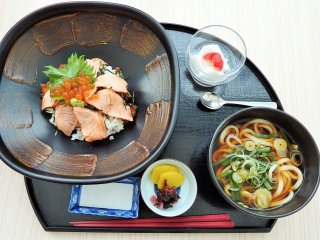 This salmon and udon set is another popular lunch.