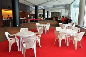 직접 음식을 가져오거나 '테이크 아웃'을 구입하는 투숙객은 호텔 로비의 이 지역에서 식사를 할 수 있습니다.