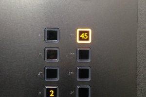 Lift bergerak sangat cepat, melesat ke lantai 45.