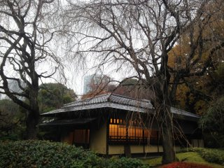 Cahaya hangat datang dari bangunan berartistektur Jepang