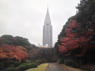 Gedung NTT Docomo di kejauhan, sangat ikonik.