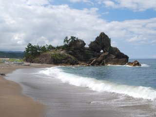 """The Madoiwa, or """"window rock""""; guess why it was given this name."""
