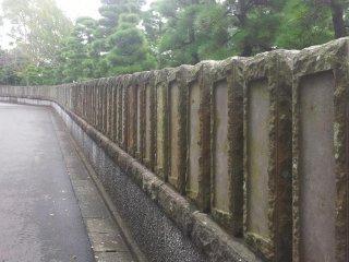 ถนนที่คดเคี้ยวขึ้นเนินเขาไปยังชินโชะจิ
