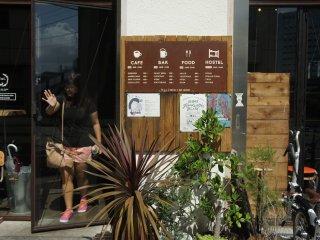 Ini dia tampilan depan dari Nui Hostel & Bar