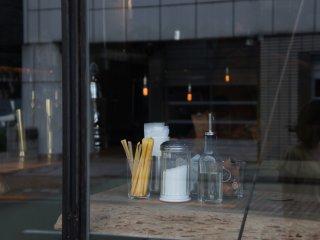 Perlengkapan makan di Nui Hostel & Bar terlihat dari luar.