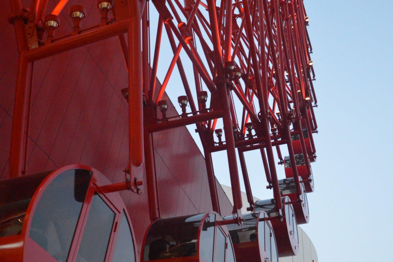 Hankyu Ferris Wheel dengan warna merah yang khas