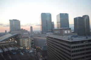 Pemandangan gedung bertingkat dan stasiun JR kala senja