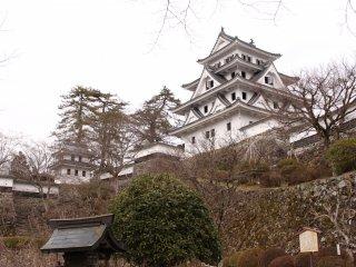 Le château de Gujō Hachiman, au sommet d'une petite montagne, il a été construit en 1559