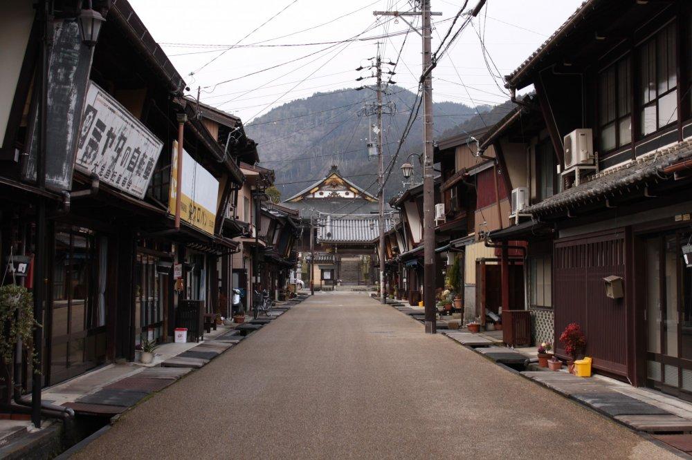 Gujō Hachiman, une petite ville traditionnelle au cœur des Alpes japonaises dans la préfecture de Gifu