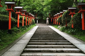 From the village a flight of stairs lined with red-lacquered wooden and grey stone lanterns take you to Niou Mon (Gate of the Guardians).