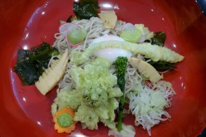 Một đặc sản đầu xuân của shinsai soba, đứng đầu với tempura butterbur