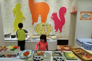 Prasmanan layani-diri-sendiri berisi anak-anak yang kelaparan
