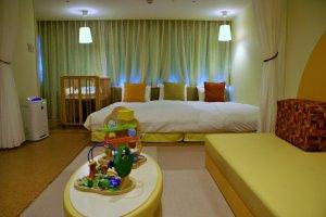 Kamar yang ramah bayi, lengkap dengan tempat tidurnya