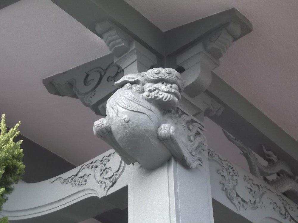 A flying lion under the eaves of Myosen-ji