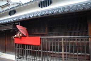 Poupée du hina matsuri devant une maison