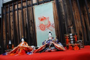 À différents endroits, les poupées du hina matsuri étaient exposées