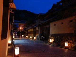 Les lanternes ajoutent au charme des rues de Higashiyama